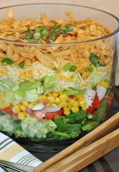 Layered Chicken Taco Salad: a delicious layered salad that's perfect for dinner! Bring to your next potluck or picnic too! Need an impressive looking salad for a picnic this weekend? Try making a Layered Chicken Taco Salad. Kid and adult friendly! I Love Food, Good Food, Yummy Food, Salades Taco, Taco Salat, Layer Chicken, Great Recipes, Favorite Recipes, Food For Thought