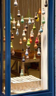 Light bulbs as Christmas deco. Retail Windows, Store Windows, Visual Display, Display Design, Visual Merchandising Displays, Display Ideas, Vitrine Design, Painted Coffee Mugs, Store Window Displays