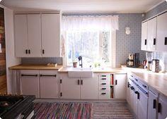 Atomi keittiössä Kitchen Dining, Kitchen Cabinets, Dining Room, 50s Style Kitchens, Modern Cottage, Vintage Country, Traditional Kitchen, Boho Decor, Interior