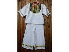 <p>Košeľa a nohavice pre chlapcov.</p> <p>Materiál: Bavlna</p> <p>Vek: 3,5 -4 roky</p> <p>Ošetrenie: Odporúčame prať ručne alebo na 30°, žehliť z rubu.</p> <p>TIP: Všetky šatinky perieme výlučne v pracích prostriedkoch priateľských k prírode.</p>