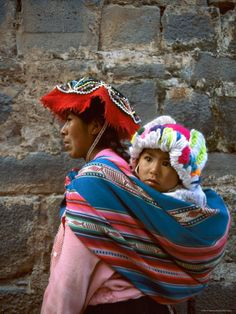 Mother Carries Her Child in Sling, Cusco, Peru Lámina fotográfica por Jim Zuckerman en AllPosters.es