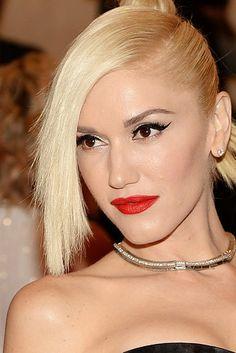 Gwen Stefani Hair Knot - Gwen rocked a twisted hair knot and bangs at the 2013 Met Gala. Blonde Celebrity Hair, Celebrity Eyebrows, Blonde Celebrities, Celebrity Hairstyles, Zendaya Eyebrows, Celebrity Makeup, Celebs, Punk, Gwen Stefani Hair