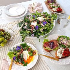 Poached egg and bacon salad with open sandwiches for Saturday's brunch. In the salad, you can find garlic baguette , 7 kinds of veggies, herbs and edible flowers. Some of herbs and edible flowers are from my garden  hope you guys are having lovely a weekend so far  .. ポーチドエッグのサラダ、オープンサンドイッチの今日のブランチ サラダには、ベーコン、ガーリックを入れてカリッと焼いたフランスパン、7種類の野菜やハーブ、久しぶりに登場のビオラ(今日はアリッサムも。両方エディブルフラワーです)も添えて。  明日も皆様にとって、素敵な一日になりますように 5thMar16