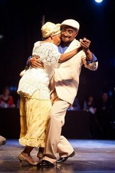 They still dance the night away - 32 AWESOME OLD COUPLES THAT PROVE AGE IS JUST A NUMBER