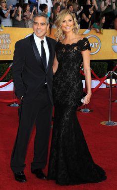 George Clooney –nominado a Mejor Actor por Los Descendientes– llegó acompañado de su novia Stacy Keibler que llevaba un vestido de Marchesa, zapatos de Jimmy Choo, joyas de Palladium y Jacob and Co.; y clutch de Judith Leiber. El actor escogió a Giorgio Armani para firmar su tuxedo.