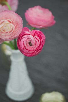 Pretty and simple pink ranunculus arrangement. Photography: The Schultzes - lovetheschultzes.com