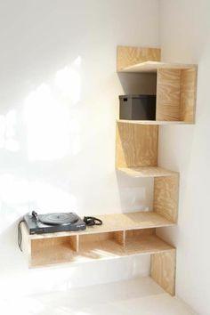 etagere en bois clair design mural, murs blancs,comment meubler bien le petit couloir avec meubles gain de place