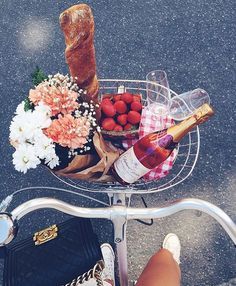 V Day picnic w flowers, strawberries, bread and of course a bottle of rose wine! Looks like the perfect picnic to us! How To Pose, Belle Photo, Summer Vibes, Weekend Vibes, Summer Ootd, Summer Nights, Girly Things, The Best, Blogging