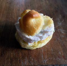 Il topicco: Bignè con crema di salmone affumicato,pepe rosa ed erba cipollina