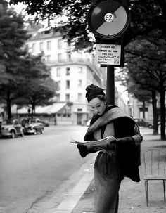 Sophie Litvak reading at bus stop in Paris wearing a Lanvin Castillo creation. Elle, September Photograph by Georges Dambier. From 1950 to 1962 the House of Lanvin-Castillo was known for elegant. Vintage Paris, Vintage Glamour, Vintage Black, 50s Glamour, Vintage Beauty, 1950s Fashion Photography, Vintage Photography, Photography 101, White Photography