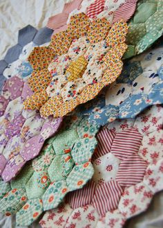 hexagons for a Flower Garden quilt -- these look like reproduction fabrics -- cute! I made a Grandmother's Flower Garden Quilt back in the Gave it away to someone in Texas - mid Hexagon Patchwork, Hexagon Pattern, Hexagon Quilt, Hexagon Shape, Quilting Projects, Quilting Designs, Sewing Projects, Kleidung Design, English Paper Piecing