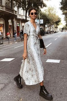 Like the dress but not so much with those shoes Emelie Natascha - vestido longo - snake print - outono - street style Fashion Mode, Look Fashion, Fashion Outfits, Fashion Trends, Look Street Style, Autumn Street Style, Street Style Dresses, Looks Style, My Style
