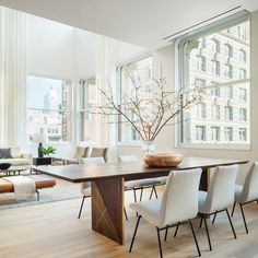Brad Ford Crafts a Living Showroom in a Shigeru Ban Condo Photos Modern Dining Chairs, Dining Room Chairs, Traditional Dining Rooms, Modern Traditional, Modern Home Interior Design, Dining Room Design, Sweet Home, Decoration, Shigeru Ban