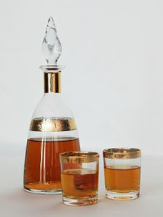 Recipe for peach kernel liqueur - Nothing is lost, everything is recycled, make your jams, peach compotes, recover the kernels and make your homemade digestive. This liqueur has a very pleasant vanill Cocktail Drinks, Cocktails, Wine Images, Homemade Liquor, Drink Containers, Drink Photo, Limoncello, Drinking Glass, Diet
