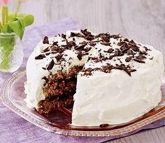 Rugbrødslagkage er en vidunderlig opfindelse fra Sønderjylland. Den bløde rugbrødslagkage er her fyldt med sveskemos. Det er en lækker måde at få brugt tørre stumper af rugbrød på. Danish Dessert, Danish Food, Cooking Cookies, Sweet Cakes, Sweet Bread, No Bake Cake, Vanilla Cake, Cupcake Cakes, Cupcakes