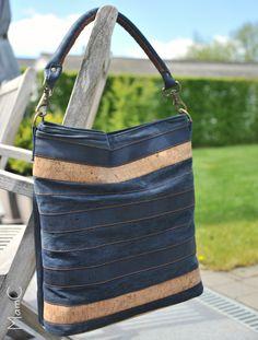 Een handtas uit kurkleer en een oude jeans  #chobebag #handtas #kurkleer #corkfabric #upcycling #mamcblogger #handbag #sewingbags
