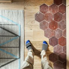 #goodnova2 #architecte #renovation #tiles #tiletuesday #tileaddiction #hexagon #ihavethisthingwithtiles #ihavethisthingwithfloors #viewfromthetop #fromwhereistand #mosaic #pattern #mix #wood #floor #rug #tapis #selfeet #sockfie #architectureinterieure #interiordesign #interiors #woodfloor #tommette #homeadore #oak #parquet #selfie #tileaddiction #woodfloor #kitchenfloor by bgodiniaux