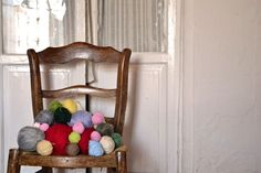 ¿Qué hacer con todos los ovillos empezados que tienes en casa? Utilízalos para crear tu propio muestrario de puntos. Post by Pearl Knitter.