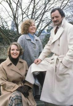 'To the Manor Born' ran from 1979 through starring Penelope Keith as the aristocratic Audrey fforbes-Hamilton, Angela Thorne as Marjory Frobisher, and Peter Bowles as nouvéau ríche Richard DeVére (a/k/a Bedrích Poloüvícka) British Tv Comedies, Classic Comedies, British Comedy, British Actors, Penelope Keith, Old Film Stars, Ensemble Cast, Bbc Tv, Old Shows