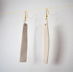 Earrings with pendant in white ceramic. Other components: gold colored metal (nickel-free).