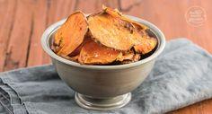Mit diesem Süßkartoffel-Chips-Rezept lassen sich gesunde Süßkartoffelchips ganz einfach selbermachen. Das Ergebnis: knusprig, fettarm, köstlich!