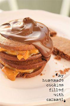 Μπισκότα σοκολάτας με καραμέλα Υλικά : 300 γρ. Κουβερτούρα (για λιώσιμο) 80 γρ. Βούτυρο 4 Αυγά 250 γρ. Ζάχαρη 200 γρ. Αλεύρι ( για όλες τις χρήσεις ) 1 κ.γ. Βaking powder 1 συσκευασία Κρέμα Καραμέλα 200 γρ. Κουβερτούρα...