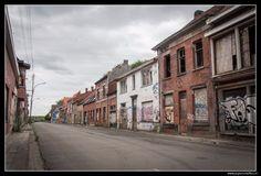 Een verlaten straat in #Doel #Belgie. Dit dorp is bijna geheel verlaten zodat de haven van…