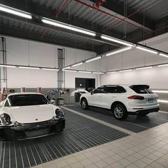 The use of LED lighting can make the Car dealer showroom popular, very bright and clean, and each car's color has high color accuracy. Lighting Showroom, Studio Lighting, Linear Lighting, Lighting Design, Porsche Showroom, Led Light Design, Custom Garages, Light Project, Dream Garage