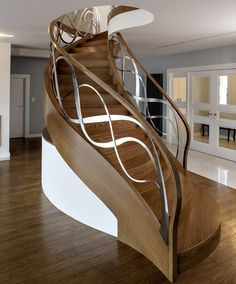 Full catalog of interior stair railing ideas, the proper material to use according to your staircase design, modern stair railing designs and and some expert tips for glass stair railing system installation Staircase Railing Design, Interior Stair Railing, Modern Stair Railing, Home Stairs Design, Stair Handrail, Modern Stairs, Railing Ideas, Banisters, Stair Design