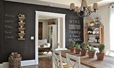 praktische Wandgestaltung - beschriftete Wein-Regale