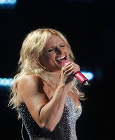 Miranda Lambert Breaks Down on Stage While Singing to Fan With Cancer (WATCH) | Cambio