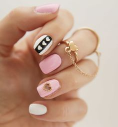 Diseños de uñas con corazones rosas y blancos