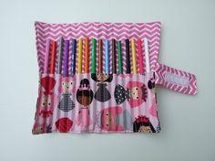 Pochette/Trousse roulée crayons de couleur tissu imprimé princesses et chevrons rose et blancs