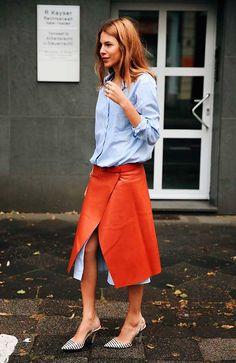 Maja Wyh usa truque de styling com chemise e saia envelope de couro
