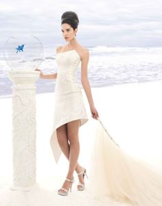 This short wedding dress by Jordi Dalmau features a detachable train.