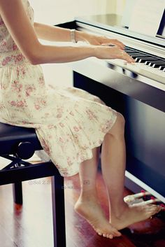 ♫ ♥¸.•*´♫playing the piano