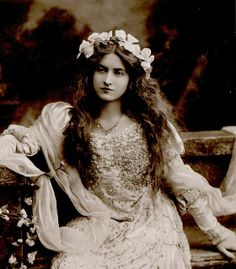 Maude Fealy, A beautiful American post silent film actress. Love this photograph. Likely date is early 1900's.