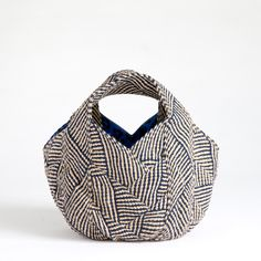 this bag is built with 4 rectangle finishing with a triangle Modern Backpack, Japanese Bag, Art Bag, Craft Bags, Linen Bag, Patchwork Bags, Denim Bag, Fabric Bags, Casual Bags