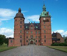 Vallø Slot, Sjælland - Vallø er en gammel hovedgård, som nævnes første gang i 1256. Hovedbygningen er opført i 1580-1586 af fru Mette Rosenkrantz, tilbygget i 1610-1640, ombygget i 1721 ved J. C. Krieger, igen tilbygget i 1735-1738 ved Laurids de Thurah, igen tilbygget i 1765 ved G. D. Anthon og istandsættelse ved Theodor Zeltner i 1863-1866.