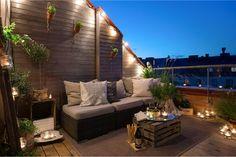 Uno spazio esterno arredato con pochi e semplici elementi di recupero