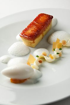 brioche caramélisée by Wylie Dufresne Chefs, Food Design, Art Design, Beautiful Desserts, Fancy Desserts, Sweet Pastries, Baking And Pastry, Molecular Gastronomy, Restaurant Recipes