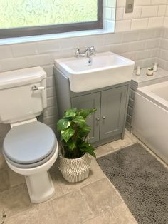 Small Cheap Bathroom Makeover - If you reside in a small home chances are you've got the same problem as millions of people who struggle with ideas for remodeling a small bathroom. Modern Master Bathroom, Bathroom Design Small, Bathroom Layout, Bathroom Interior Design, Bathroom Styling, Downstairs Bathroom, Bad Inspiration, Bathroom Inspiration, Cheap Bathroom Makeover