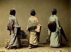 Three geisha with the less elaborate taiko musubi [obi] Geisha Costume, Kabuki Costume, Yokohama, Era Edo, Samurai, Old Photography, Fashion Photography, Maneki Neko, Japan Photo