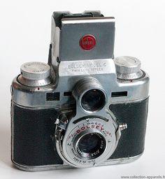 Bolsey Model C Petite par ses dimensions: 10 cm de large et 9 cm de haut pour 6 cm d'épaisseur, objectif compris. Merveille, car il s'agit d'un appareil étonnant et magnifiquement réalisé. Il faut dire qu'il a été conçu par le Suisse Jacques Bogopolsky. C'est un cousin des Alpa, et des caméras Bolex-Paillard : il a de qui tenir ! Il s'agit d'un véritable reflex à deux objectifs, mais aussi d'un télémétrique à coïncidence, au format 135.