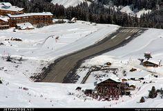 AEROPORTO di COURCHEVEL in FRANCIA: Di certo, l'aeroporto più pericoloso e spettacolare è quello sulle nevi di Courchevel, in Francia. Ha un dislivello pari al 18.5%, ed è tutto un saliscendi di curve, discese e salite. Ovviamente è destinato solo agli aerei privati e non a quelli di linea. Si trova a una altitudine di quasi 1700 metri.
