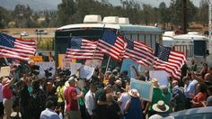 Permalien de l'image intégrée : Protesters block buses carrying undocumented immigrants into California. http://cnn.it/1mSkp6k