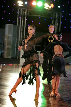 Feathered fringe makes for an interesting focal point on this Latin dance dress. Latin Ballroom Dresses, Ballroom Dancing, Latin Dresses, Ballroom Costumes, Dance Costumes, Baile Latino, Salsa Dress, Dance Hairstyles, Beautiful Costumes