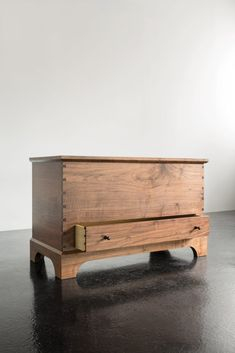 A contemporary version of a country classic, the Blanket Box delights the senses with aromatic cedar, dozens of contrasting dovetails and brilliant brass hinges. A single drawer and interior till box add utility and charm. Walnut Furniture, Shaker Furniture, Home Decor Furniture, Bedroom Furniture, Furniture Ideas, Wooden Toy Chest, Wood Chest, Deck Box, Fine Woodworking