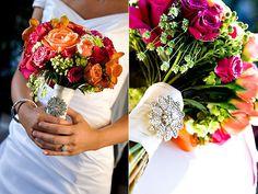Ramo de novia con broche de color naranja y rosa