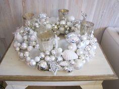 Ein wunderschöner,großer, prächtiger, Adventskranz in Weiß-Silber. Der Adventskranz ist ca. 45 cm im Durchmesser und die vielen verschiedenen Ku...